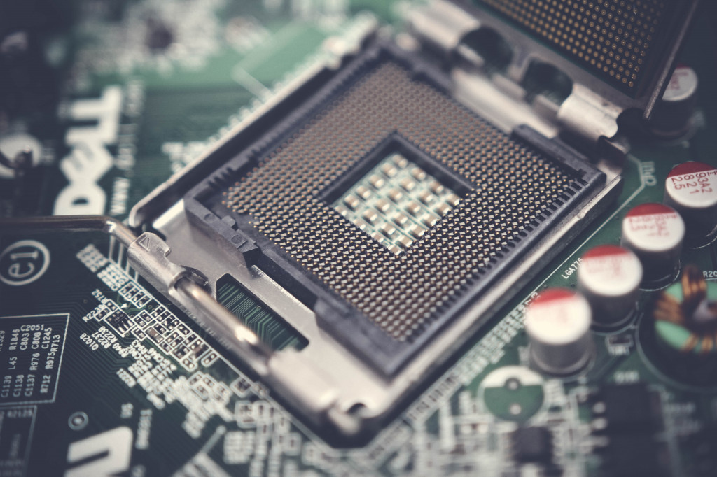 Bild eines CPU-Sockels. Ein Laptop für das Informatikstudium braucht eine einigermaßen gute CPU.