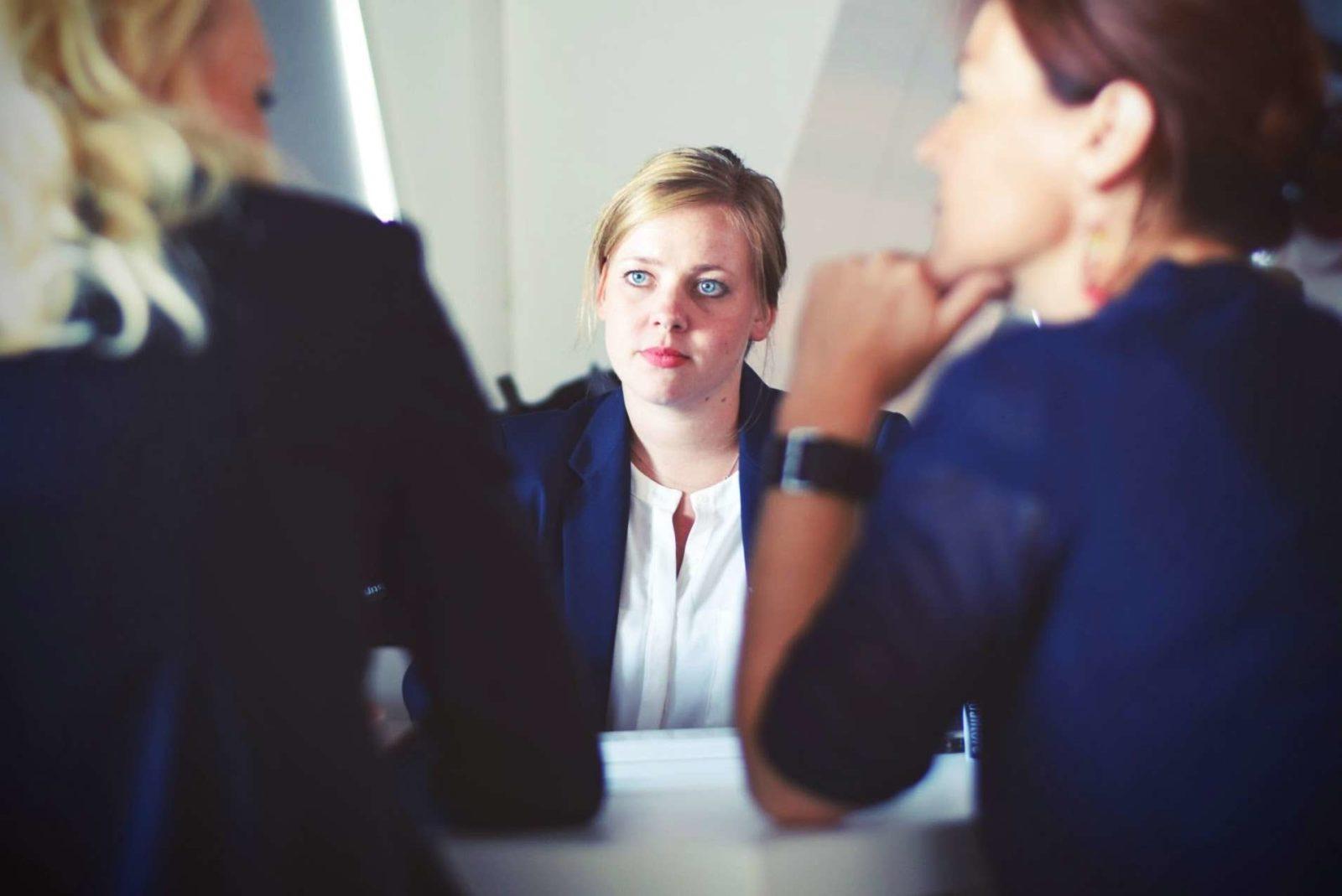 Eine Frau wird von zwei anderen Frauen beraten