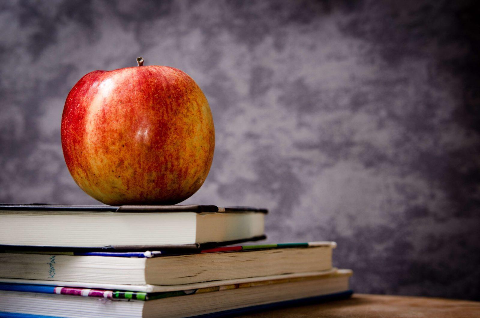 Ein Apfel auf einem Buch.