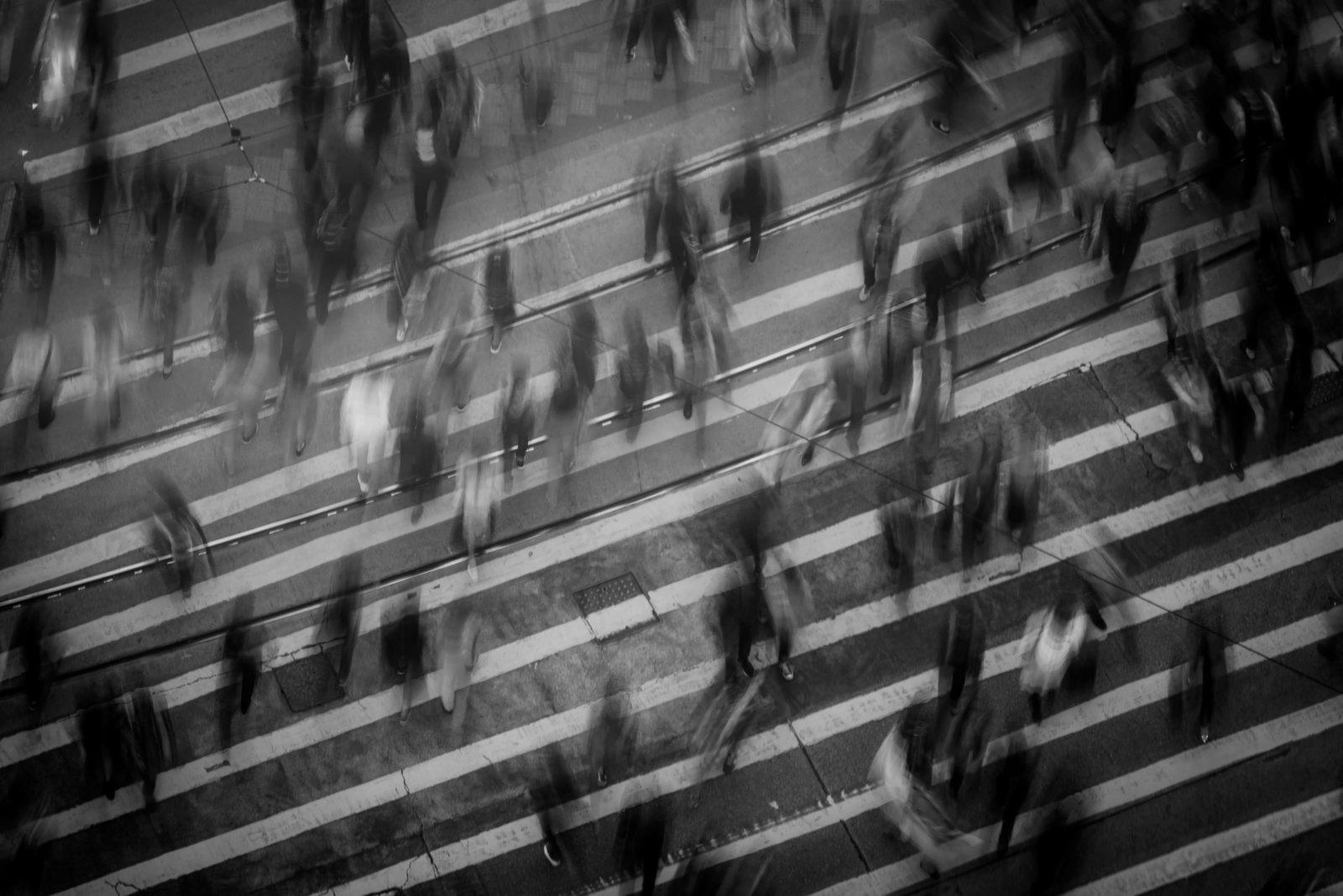 Ein Fußgängerübergang mit Menschen