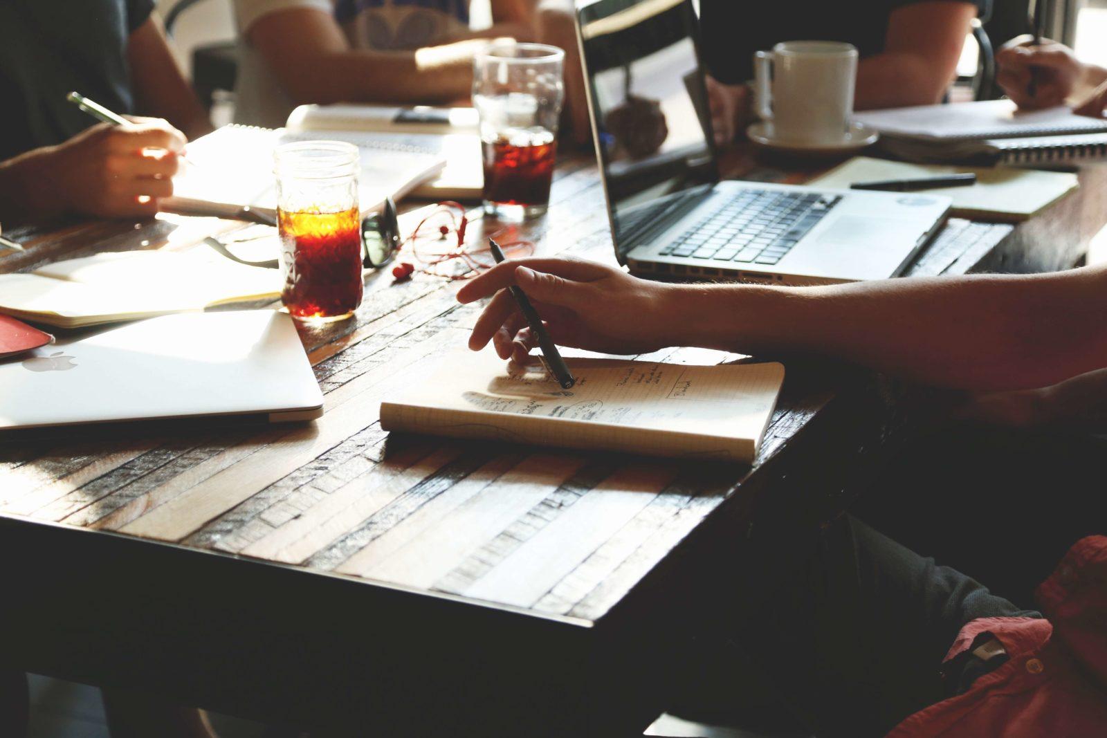 Ein Tisch voller Lernunterlagen