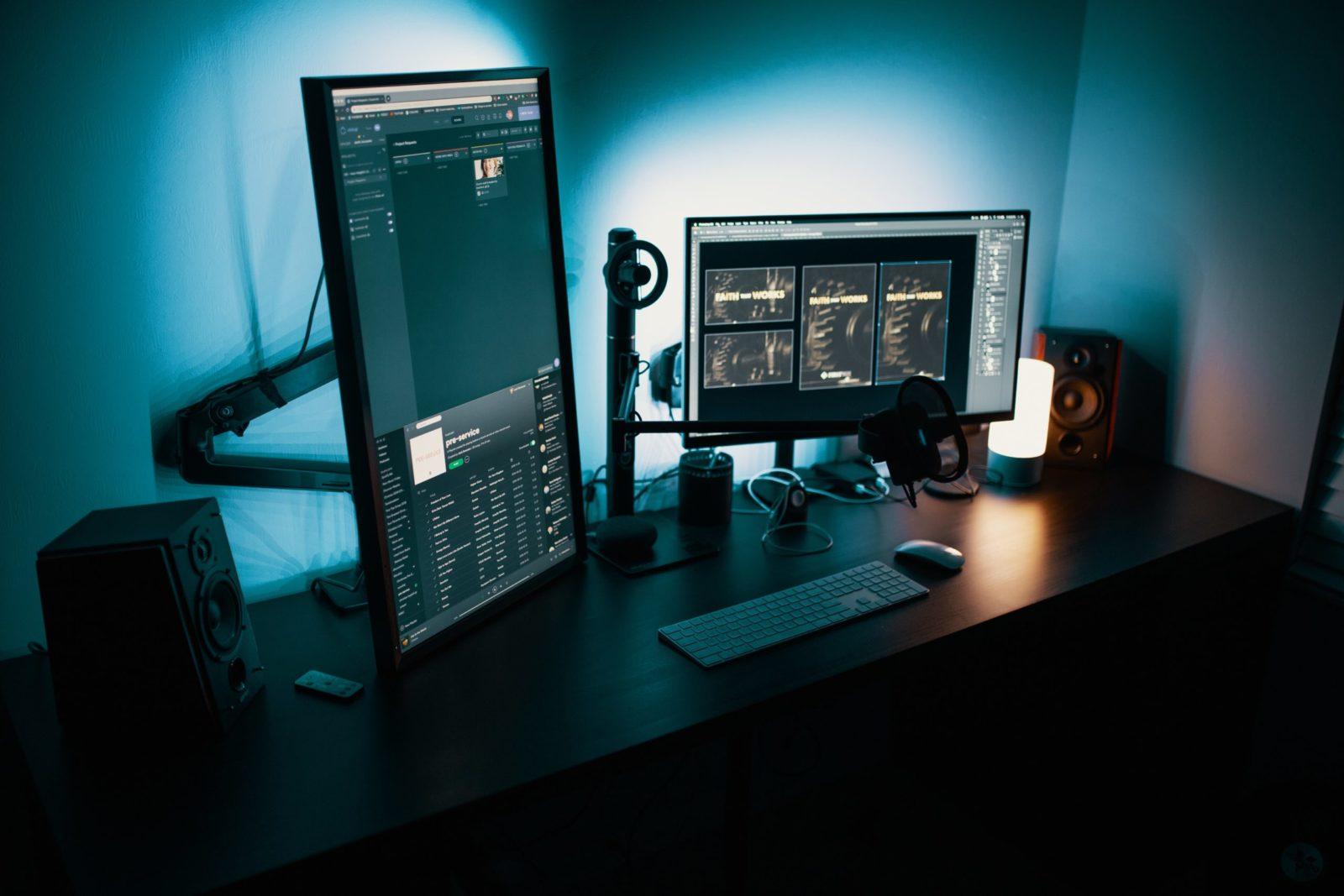 Computerbildschirme auf einem Schreibtisch