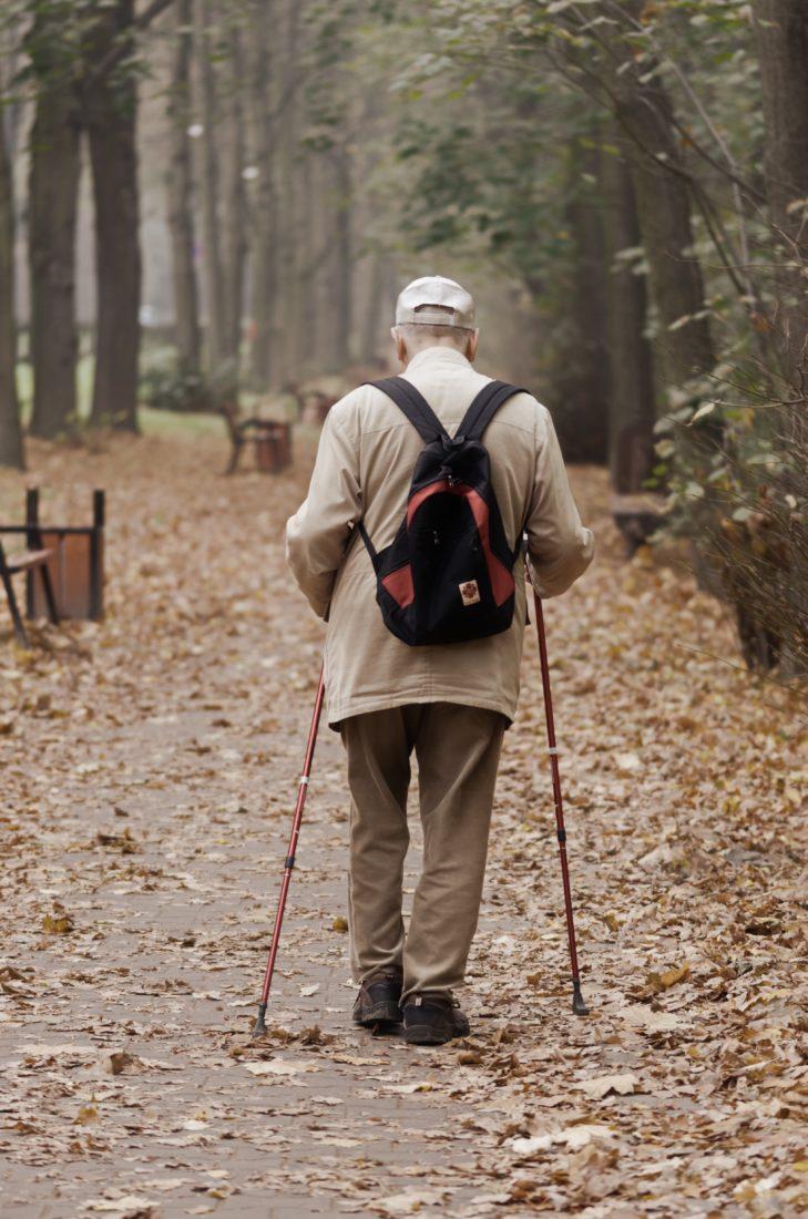 Ein älterer Herr beim spazieren gehen.