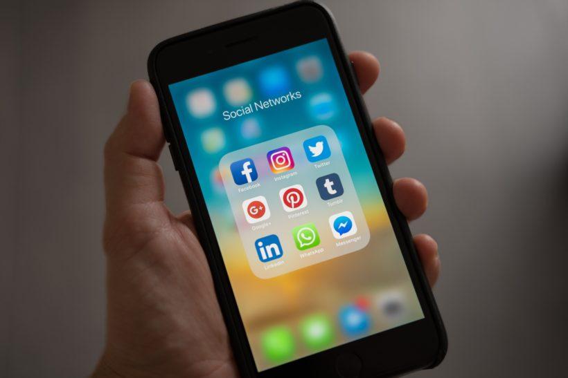 Das Foto zeigt ein Smartphone mit bekannten social media icons.