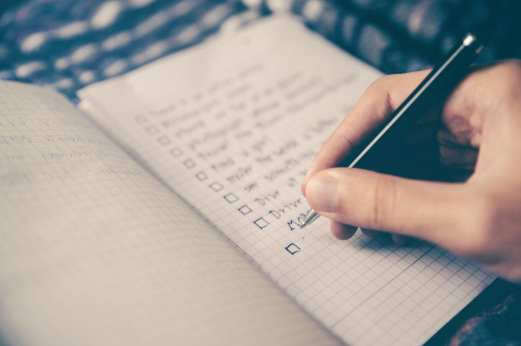 Das Foto zeigt einen Notizblock mit einer ToDo-Liste.