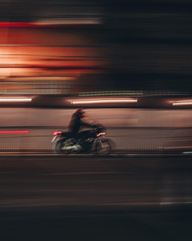 Ein Mann auf einem schnellen Motorad
