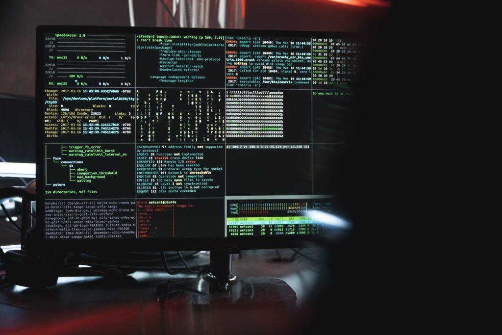 Bildschirm mit Terminals und Code